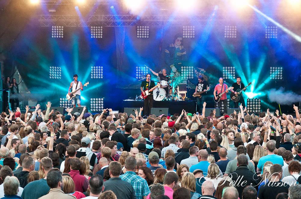 Enormt publikhav när Stiftelsen spelade på Lördagen. Foto: Pelle Nilsson Ljungandalen.info