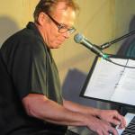 Dick Sörholm är en ny bekanskap i The Nightdrivers som spelar klaviatur Foto: Pelle Nilsson Ljungandalen.info