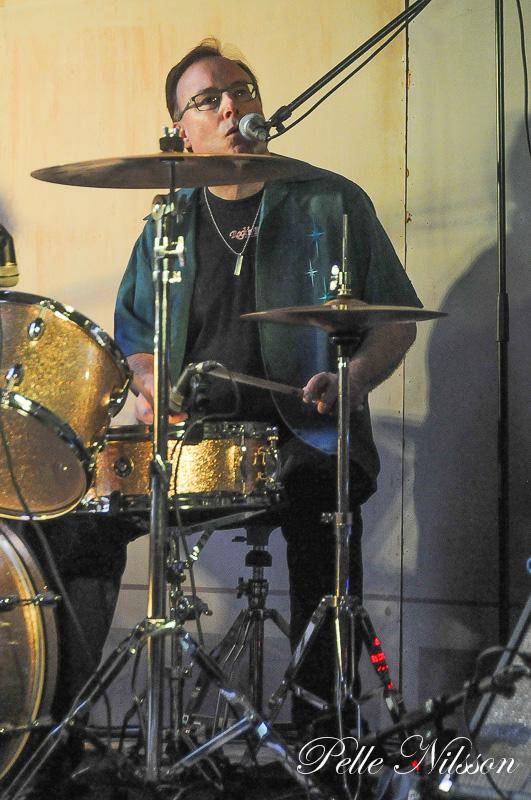 Bakom trummorna i Then Nightdrivers Mikael Backe Foto: Pelle Nilsson Ljungandalen.info