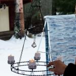 Någon tittar på en ljuskrona på Julmarknad i Borgsjö
