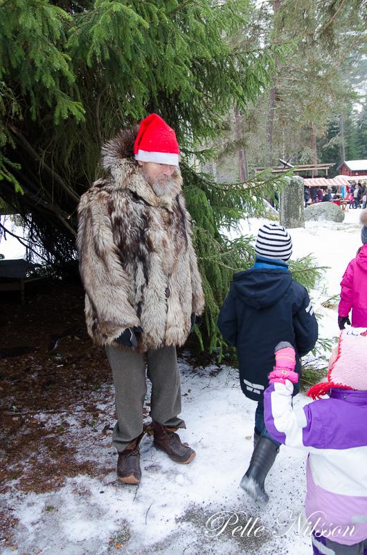 tomtefar hälsar på på julmarknaden i Borgsjö