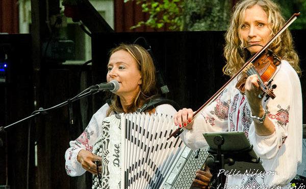 Karina & Victoria i Ran Clewen band, Borgsjö hembygdsgård Foto: Pelle Nilsson Ljungandalen.info