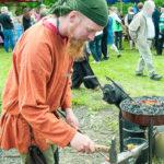 Smeden arbetar för fullt på Kälens medeltidsmarknad Foto: Pelle Nilsson / Ljungandalen.info