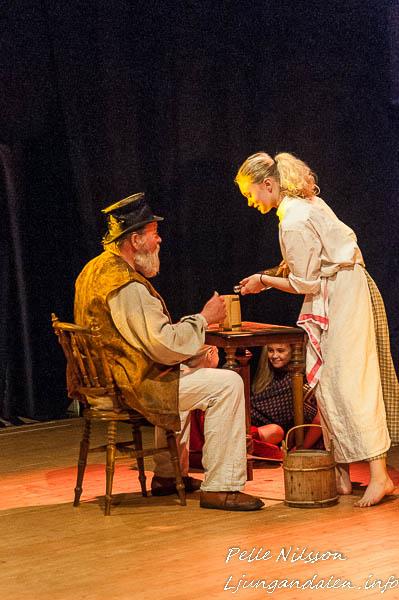 Fadern tar sig ett glas efter en kortspels vinst i Sommarteatern En Ökensaga Foto: Pelle Nilsson
