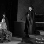 St Augustin med familj får fatt på Jim i Sommarteatern En Ökensaga Foto: Pelle Nilsson