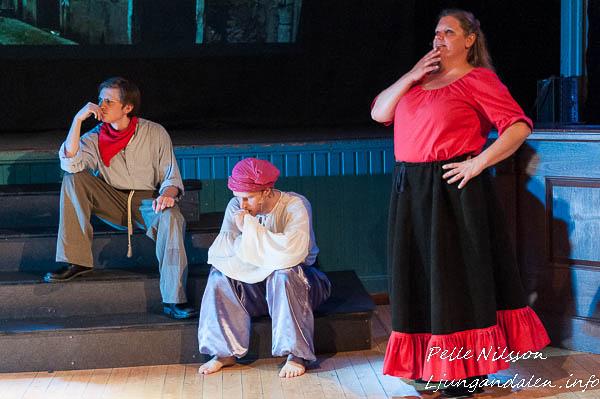 Stora tänkare Jim Erson, Edvin Erson och Mary Blackthorne i Sommarteatern En Ökensaga Foto: Pelle Nilsson