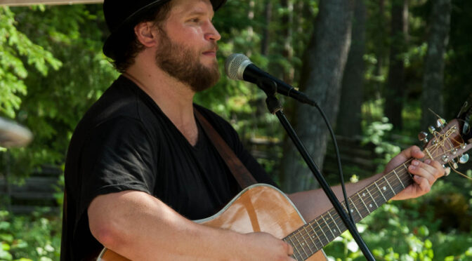 Tobias LArsson underhåller publiken vid Haverö Strömmar