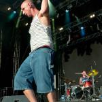 Med en snabb handrörelse slänger Clawfinger sångaren av sig kepsen han satt på sig strax innan Ljungarocken 2015 Foto:Pelle Nilsson Ljungandalen.info