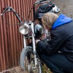 Mopeder behöver omvårdnad innan tävling på mopeddag hos Karlsro flyers Foto: Pelle Nilsson Ljungandalen.info