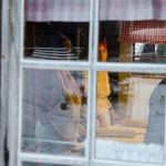 Tundbrödsbakarna i värmen innanför fönstret