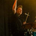 "Jimmy Lundgren (aka ""Turbo Pimp"") bakom trummorna i Small Town Pimps Foto: Pelle Nilsson Ljungandalen.info"