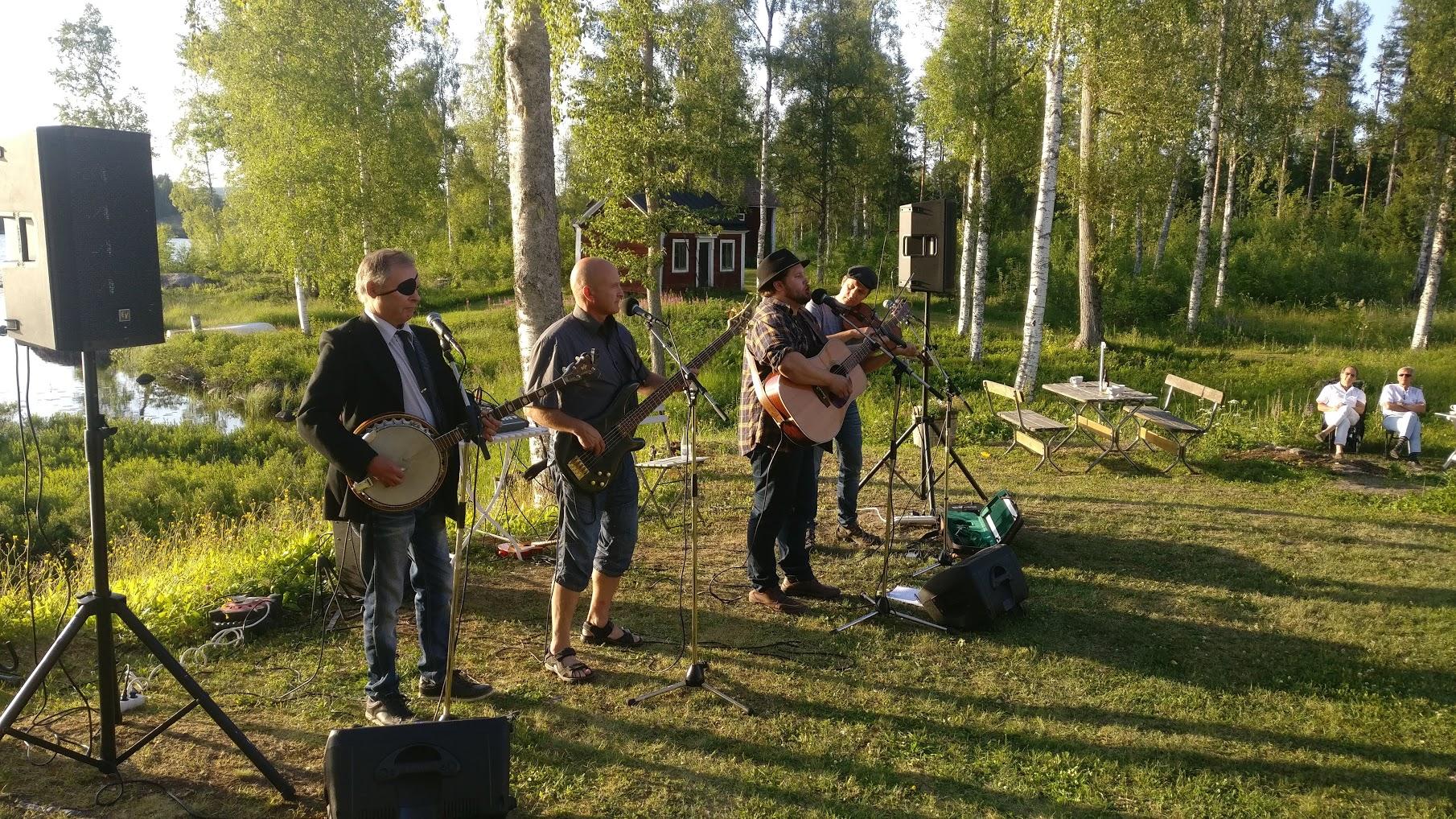 Toner i Strömbacka med Tobias Larsson Band och Victoria Hedström Mobilfoto: Pelle Nilsson / Ljungandalen.info